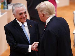 """Temer cumprimenta Trump durante reunião do G20 neste sábado. Segundo o presidente brasileiro contou no Twitte, o norte-americano """"elogiou o desempenho da economia brasileira e reforçou que o Brasil está indo muito bem"""".  Economia brasileira ameaça amargar terceiro ano de recessão."""