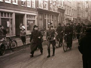 Franz Anton Stapf, no bairro judeu em Amsterdã, com sua Leica, em 1941.