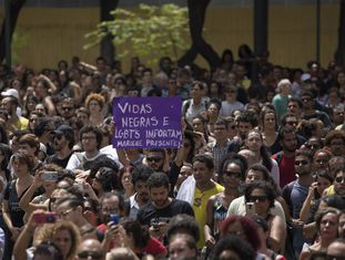 Manifestantes protestam contra assassinatos de Marielle Franco e Anderson Gomes diante da Câmara Municipal do Rio.