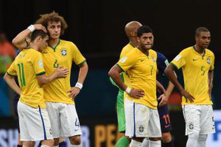 Jogadores brasileiros lamentam a derrota.
