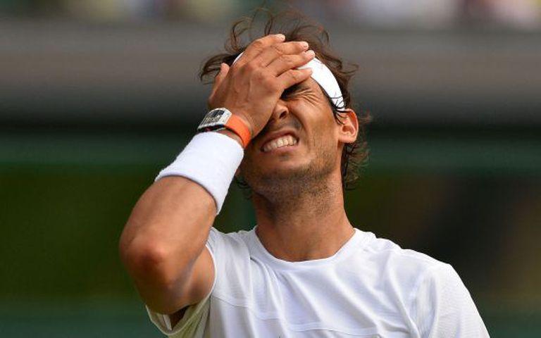 Rafael Nadal se lamenta por um ponto perdido.