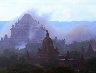 O templo de Dhammayangyi cercado de poeira, após um tremor de 6,8 graus atingir Myanmar.