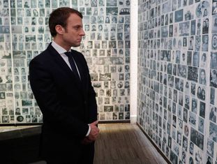 O candidato centrista, Emmanuel Macron, no memorial do Holocausto em Paris.