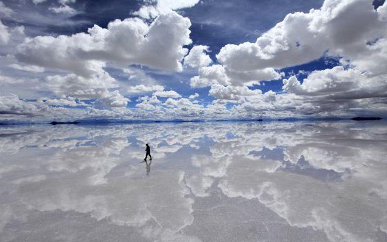O horizonte desaparece na salina de Uyuni, na Bolívia, na época das chuvas.