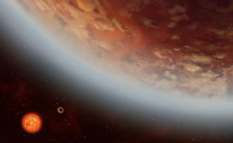 Ilustração do planeta K2-18B, ao lado de seu vizinho K2-18C; ambos orbitam a estrela anã vermelha K2-18.