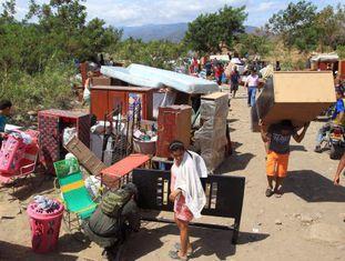 Centenas de venezuelanos atravessam a fronteira de Táchira a Cúcuta.