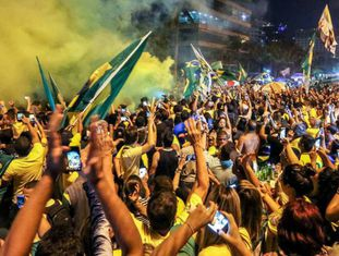 Eleitores comemoram vitória de Bolsonaro