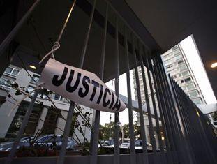 Um letreiro na frente do prédio em que morava o promotor Nisman.