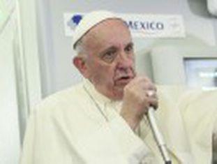"""O pontífice condena o aborto, mas fala da contracepção como """"um mal menor"""" e pede esforços por uma vacina contra o vírus. No avião para o Vaticano, disse que Donald Trump  não é um cristão"""