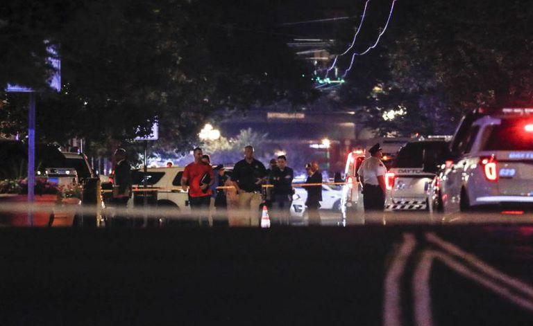 A policial rodeia a zona de Dayton onde se registrou o tiroteio.