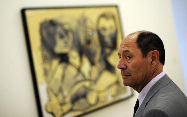 Claude Picasso e a obra 'Três personagens'.