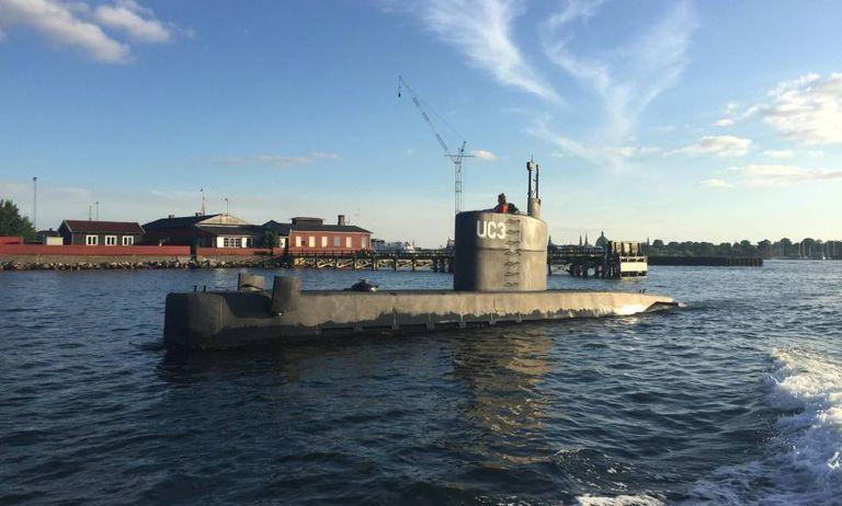O submarino com a mulher não identificada em sua torre, no porto de Copenhague, no dia 11.