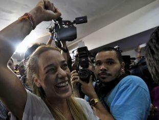 Lilian Tintori, esposa de Leopoldo López, celebra a vitória.