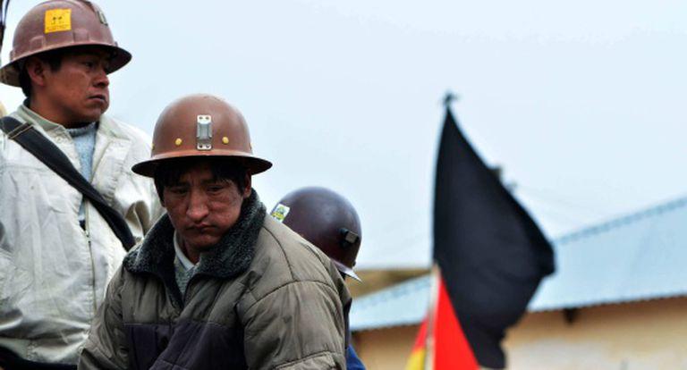 Mineiros bloqueiam estrada entre Oruro e Cochabamba.