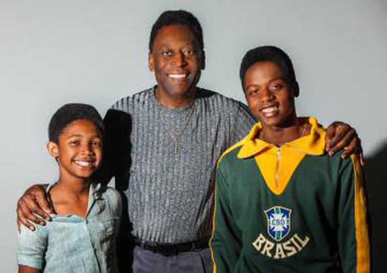 Os atores Leonardo Carvalho (esquerda) e Kevin de Paula, que interpretam Pelé, ao lado do astro.