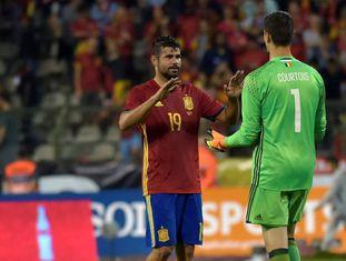 Diego Costa cumprimenta Courtois.