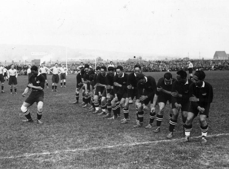 Os All Blacks, fazendo sua haka antes de uma partida contra a Inglaterra em 1926.