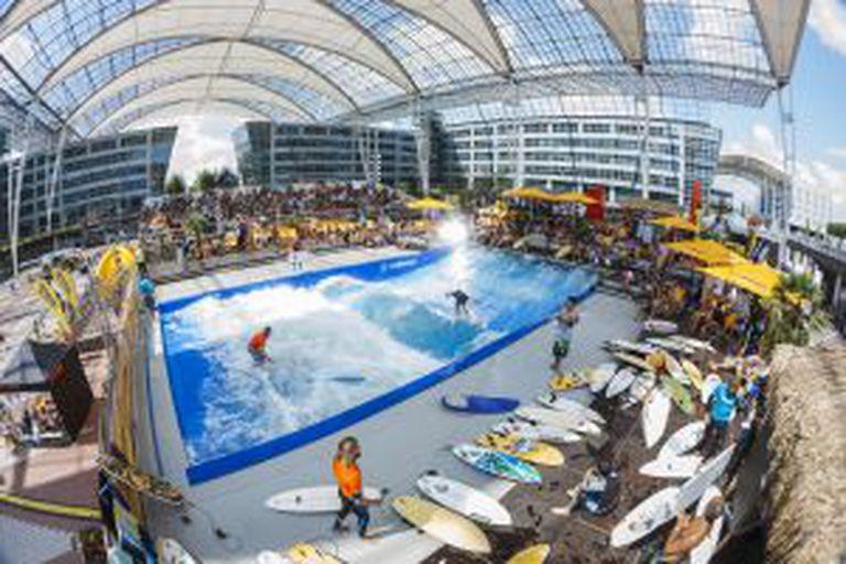 A piscina com ondas de surfe do aeroporto de Munique (Alemanha).