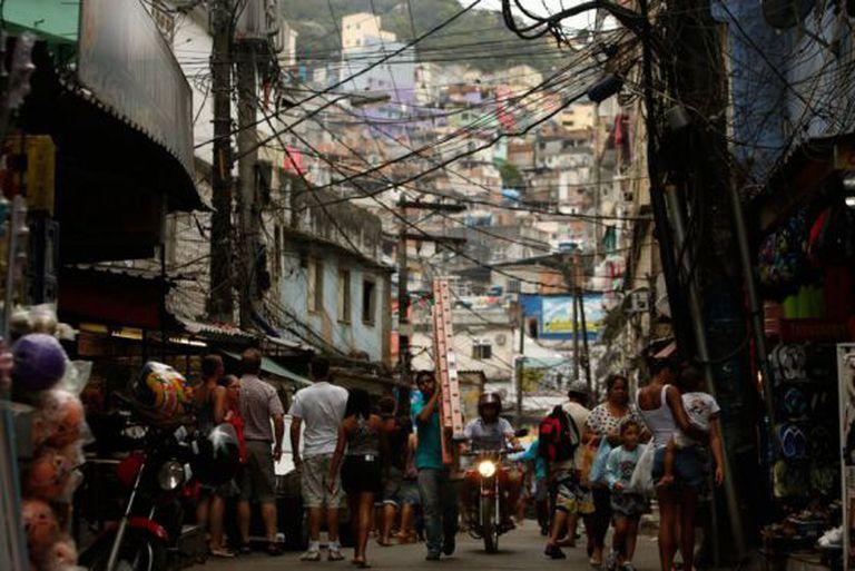 Uma rua comercial na Rocinha.