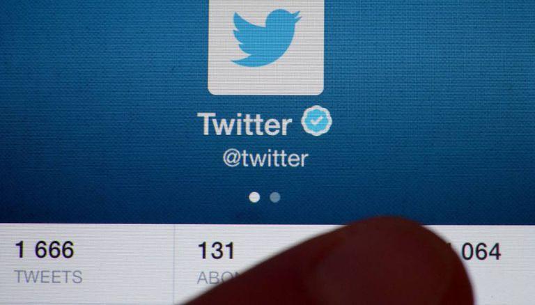 Um usuário checa sua conta de Twitter.