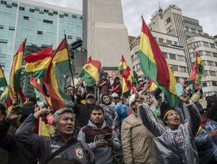 Ex-presidente aceitou oferta de asilo do Governo mexicano, que enviou um avião para buscá-lo na Bolívia. Enquanto isso, país andino mergulha no caos com vazio de poder