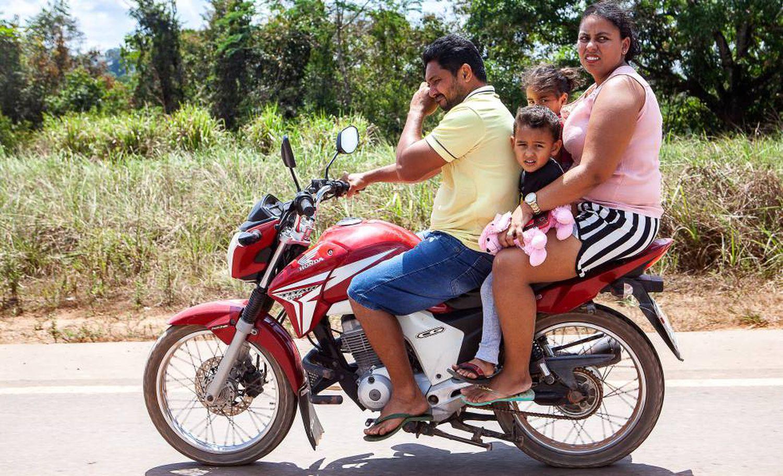 Família trafega pela Transamazônica em uma motocicleta.