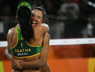 Ágatha e Bárbara comemoram vitória sobre dupla favorita dos EUA.