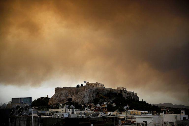 Vista do Partenon com a fumaça que toma os arredores de Atenas