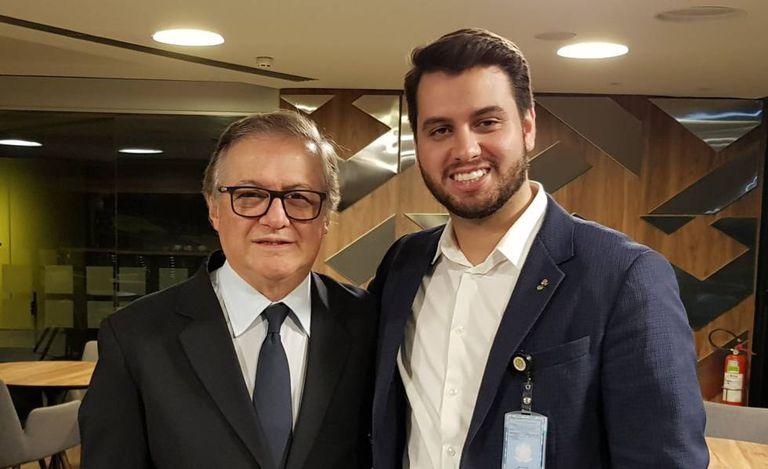 Ricardo Vélez-Rodriguez ao lado de Filipe Martins, secretário de assuntos internacionais do PSL, em foto postada pelo último.