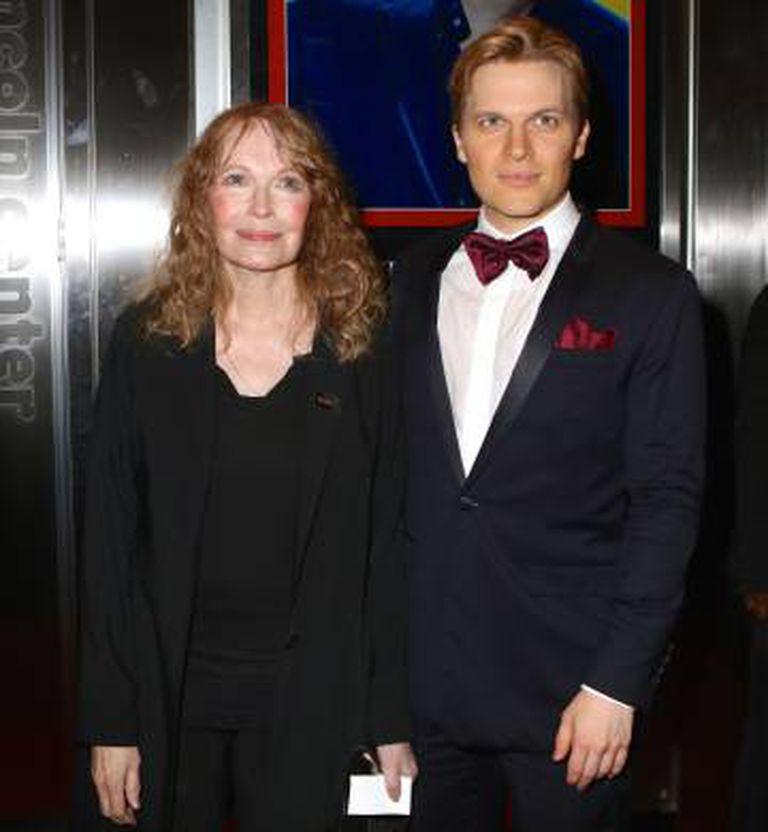 Ronan Farrow e sua mãe, a atriz Mia Farrow, em abril passado em Nova York.