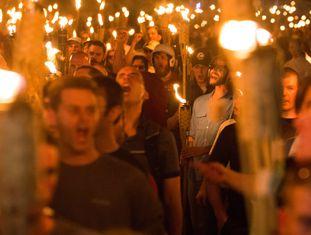 Grupos neo nazistas, 'alt-right' e supremacistas brancos participam na noite de sexta-feira (11) de manifestação em Charlottesville, Virgínia.