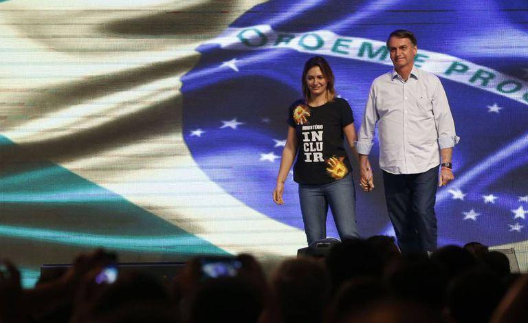 Bolsonaro e sua mulher, Michelle, durante culto evangélico no domingo.