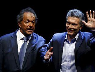 Daniel Scioli e Mauricio Macri se cumprimentam depois do debate presidencial.