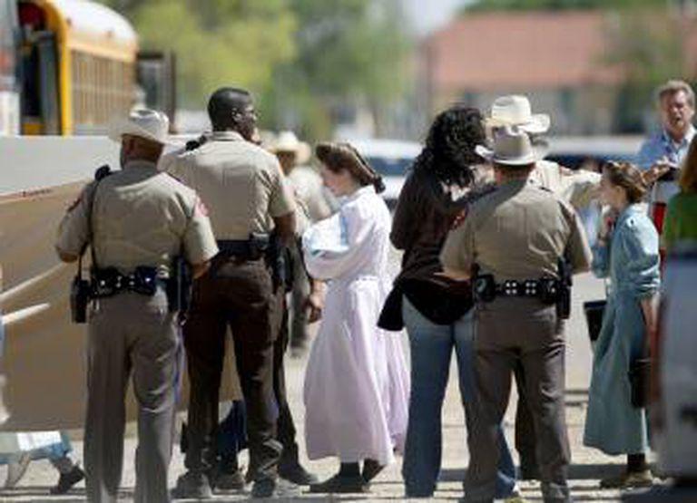 Mulheres e seus filhos são evacuados, em 2008, do YFZ Ranch, em Eldorado (Texas), uma comunidade religiosa de 700 pessoas. Foi depois das acusações de conduta criminal sobre seu líder, Warren Jeffs. Em 2014, o estado do Texas tornou-se proprietário do terreno.