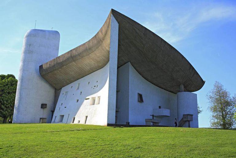 A igreja de Ronchamp (França), de 1955, erigida por Le Corbusier.