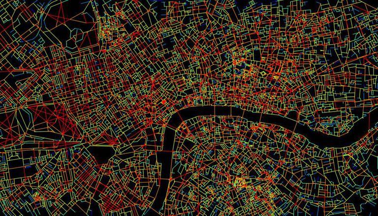 Mapa do centro de Londres. Em vermelho, as ruas com mais conexões, em azul, as mais isoladas.