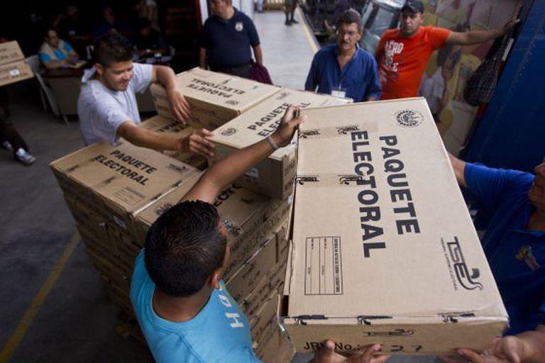 Funcionários transportam equipamentos que serão usados nas eleições.