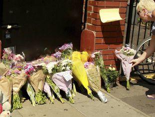 Mulher presta homenagem às vítimas do atentado no Finsbury Park.