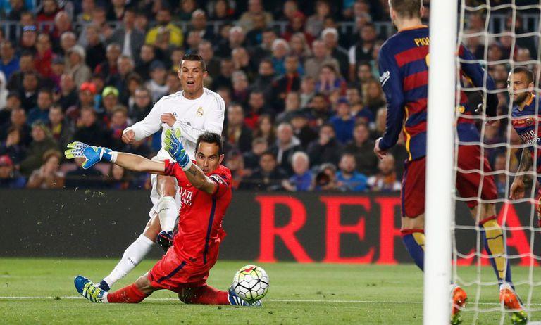 Ronaldo chuta para marcar o gol da virada.