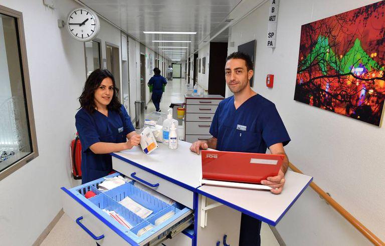 Estefanía Dávila e David Redondo, enfermeiros espanhóis no Grande Hospital de Munique.