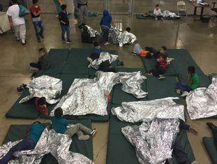 Crianças imigrantes em um centro de detenção em McAllen em junho deste ano
