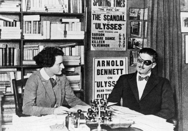 James Joyce, autor de 'Ulisses', e sua editora Sylvia Beach em Paris.
