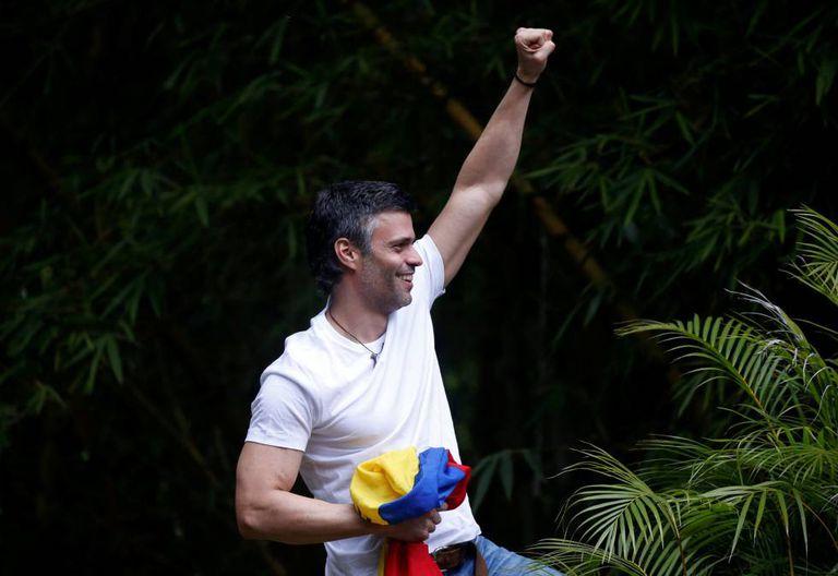 Leopoldo López, após deixar a prisão neste sábado.