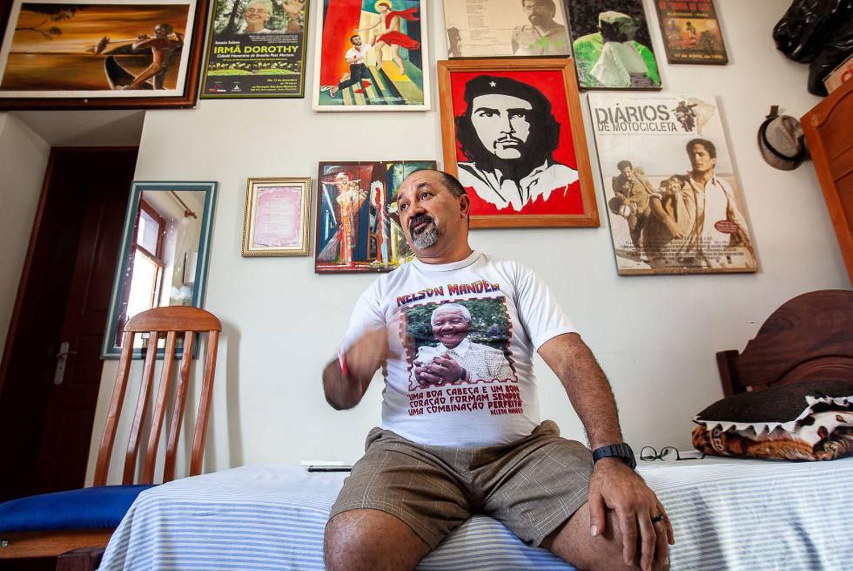 O padre Amaro, em seu quarto durante a conversa com o EL PAÍS.