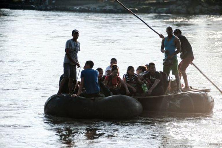 Grupo de cubanos cruza o rio Suchiate, ao sul de México.