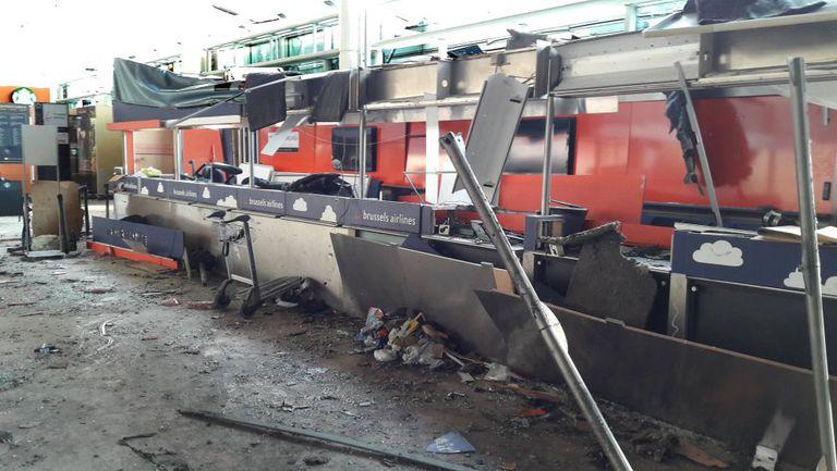 Vários dos guichês da Brussels Airlines destruídos pelos atentados contra o aeroporto de Zaventem em foto de 23 de março.