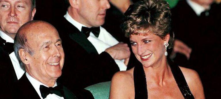 Diana de Gales em 1994 junto ao ex-presidente francês, Valery Giscard, no teatro do Palácio de Versalhes.