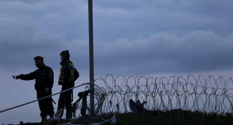 Policiais húngaros na sexta na fronteira com Croácia.