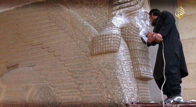 Terrorista do Estado Islâmico destrói estátua em Nínive.