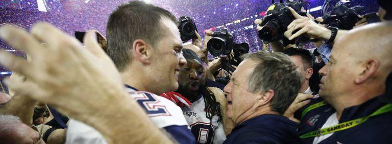 Brady e Belichick se abraçam após a final do Super Bowl